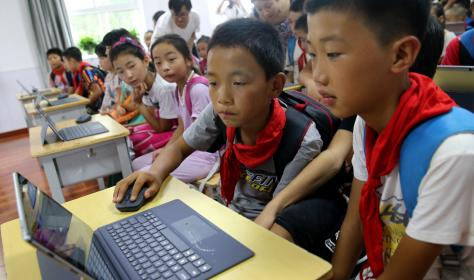 Chinese pupils use computer